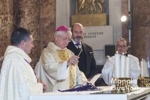 El obispo emérito Juan Piris bendice las medallas del Cristo del Salvador para los nuevos cofrades en presencia del Hermano Mayor José A. Cosme. Foto de Manolo Guallart.
