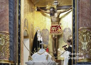 Salvador Miñambres, mejor San Vicente en el concurso de milagros 2014 y 2015 se dirige al Cristo de la Fe en Paterna. Foto de Manolo Guallart.