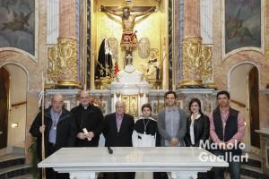 Representantes del altar de Colón, la parroquia, el ayuntamiento y la cofradía en la capilla del Cristo de la Fe en Paterna. Foto de Manolo Guallart.
