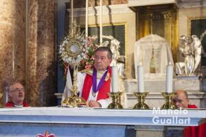 José Máximo Llledó en un momento de la adoración eucarística. Fiesta del Cristo del Salvador. Foto de Manolo Guallart.
