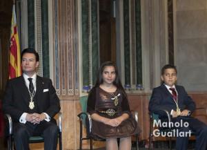 Los clavarios Salvador Coll y los hermanos Alejandro y Mireia Casasús, tras la imposición de medallas. Foto de Manolo Guallart.