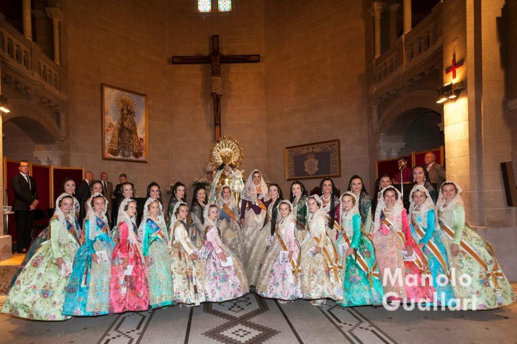 La Fallera Mayor de Valencia 2015 y su Corte de Honor, posan tras el Besamano a la Virgen de los Desamparados.