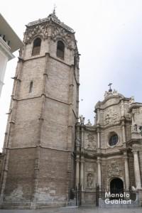 La Puerta de los Hierros y la torre del Miguelete de la Catedral de Valencia. Foto de Manolo Guallart.