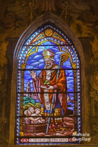 Vidriera de San Nicolás en el templo de Valencia. Foto de Manolo Guallart.