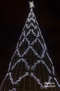 Abeto navideño iluminado en la plaza del Ayuntamiento de Valencia. Foto de Manolo Guallart.