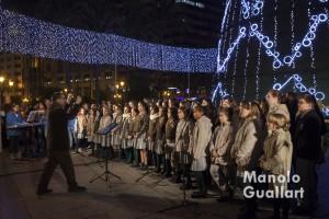 Villancicos navideños bajo el árbol iluminado en la plaza del Ayuntamiento de Valencia. Foto de Manolo Guallart.