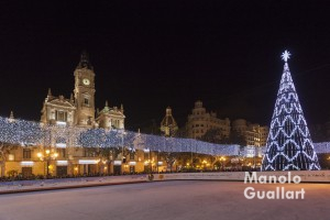 """Pista de hielo """"Kinder Ice"""" en la plaza del Ayuntamiento de Valencia. Foto de Manolo Guallart."""