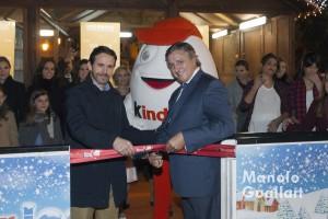 Rafael Torres (Comerciantes del Shopping Centre de Valencia) y Francisco Cánovas (Grupo Ferrero), inaugurando la pista de hilo Kinder Ice en Valencia. Foto de Manolo Guallart.
