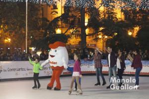 """La mascota Kinderino y sus amigos patina en la pista de hilo """"Kinder Ice"""" de Valencia. Foto de Manolo Guallart."""