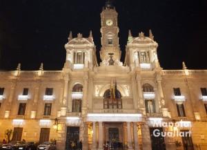 El Ayuntamiento de Valencia con la iluminación de Navidad. Foto de Manolo Guallart.