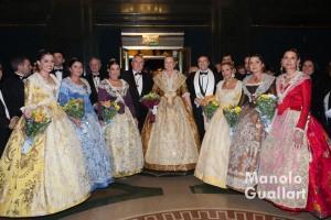 Regina dels Jocs Lorals y su Cort d´Amor con el presidente de lo Rat Penat. Foto de Manolo Guallart.