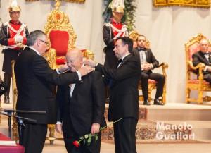Enric Esteve (presidente de Lo Rat Penat) y Vicent Navarro (presidente de Jocs Florals) con Donís Martín, galardonado con la Flor Natural. Foto de Manolo Guallart.