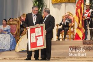 Entrega del reconocimiento al periódico Las Provincias. Foto de Manolo Guallart.