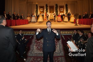 Fernando Bonete dirige al público y a la Banda Municipal de Valencia en la interpretación final del Himno de Valencia. Foto de Manolo Guallart.