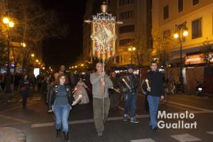 Miembros de la antiquísima cofradía de Santa Lucía recorriendo el barrio de Velluters de Valencia. Foto de Manolo Guallart.
