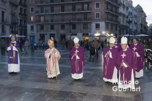 La procesión ante la Basílica de la Virgen de los Desamparados. Foto de Manolo Guallart.