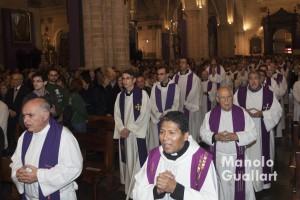 Entrada de los sacerdotes que concelebraron en la catedral. Foto de Manolo Guallart.