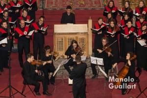 Grupo instrumental de cuerda acompañando el Coro universitario Sant Yago en el concierto de Navidad. Foto de Manolo Guallart.