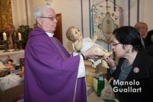 Besando al Niño Jesús en el Capitulet. Foto de Manolo Guallart.
