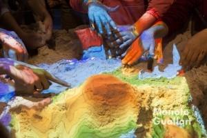"""Experiencias sensoriales arena de la playa y láser. """"La ciencia mola"""". Foto de Manolo Guallart."""