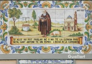 Azulejo de cerámica en la fachada de la parroquia San Antonio Abad en la calle Sagunto de Valencia. Foto de Manolo Guallart.