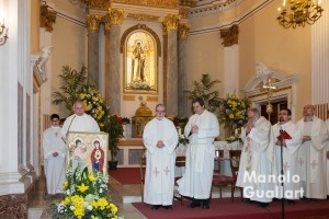 El párroco Javier Sevilla y los concelebrantes en la Misa Mayor por San Antonio abad. Foto de Manolo Guallart.