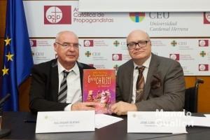 """Baltasar Bueno y José Luis Lliso (ARCHIVAL)  con el libro """"La procesión de Corpus Christi de Valencia"""". Foto de Manolo Guallart."""