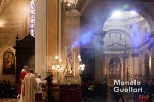 Haz de luz que ilumina al santo en el momento de la proclamación del Evangelio. Foto de Manolo Guallart.