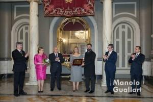 Pere Fuset entrega a María Falcón la placa con su nombramiento. Foto de Manolo Guallart.