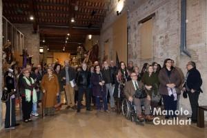"""Asistentes a la inauguración en el Museo """"Salvador Caurín"""" de la Semana Santa Marinera. Foto de Manolo Guallart."""