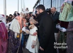 El Rey Melchor es saludado por Sofía Soler (Fallera Mayor Infantil de Valencia) y por Pere Fuset (concejal de Cultura Festiva) a su llegada al Puerto de Valencia. Foto de Manolo Guallart