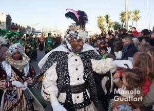El rey Baltasar repartiendo caramelos a los niños en el Puerto de Valencia. Foto de Manolo Guallart.
