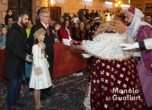 El alcalde de Valencia (Joan Ribó), el concejal de Cultura Festiva (Pere Fuset) y la Fallera Mayor Infantil (Sofía Soler) reciben al rey Gaspar en la puerta del Ayuntamiento. Foto de Manolo Guallart.