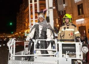El rey Baltasar, en la grúa de los Bomberos de Valencia para subir al balcón del Ayuntamiento de Valencia tras la cabalgata. Foto de Manolo Guallart.