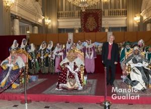 Sus Majestades los Reyes Magos, Melchor, Gaspar y Baltasar, con el alcalde de Valerncia, Joan Ribó, en el Salón de Cristal. Foto de Manolo Guallart