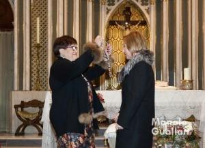 Mª José Monzó recibe la medalla como Clavariesa Mayor de San Vicente Ferrer de La Eliana 2016. Foto de Manolo Guallart.