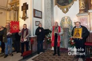 Junto a la columna que se venera en la parroquia de Santa Mónica. Foto de Manolo Guallart.