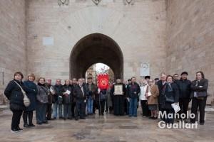 Grupo ecuménico bajo las Torres de Serranos en Valencia. Foto de Manolo Guallart.