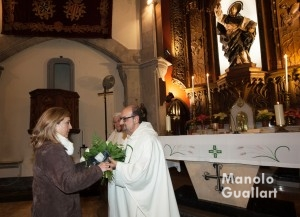 Ofrenda floral de María Falcón, Honorable Clavariesa de las Fiestas Vicentinas 2016, a San Vicente Ferrer. Foto de Manolo Guallart.