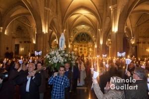 Procesión de las antorchas en la catedral de Valencia por la Virgen de Lourdes. Foto de Manolo Guallart.