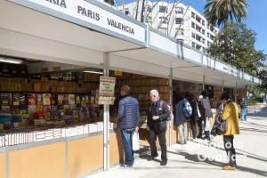 Casetas de libros en la Gran Vía Marqués del Turia de Valencia. Foto de Manolo Guallart.