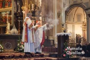 El cardenal Cañizares inciensa el Santo Cáliz. Jueves Santo en la Catedral de Valencia. Foto de Manolo Guallart.