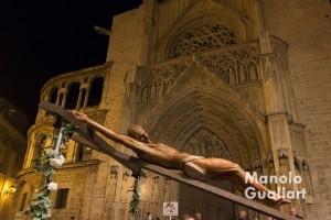 Jesús Crucificado ante la Puerta de los Apóstoles de la Catedral de Valencia. Foto de Manolo Guallart.