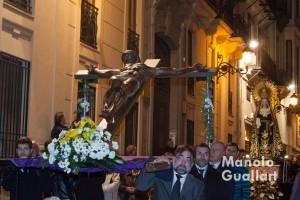 Jesús en la Cruz acompañado por la Dolorosa de Benifairó de Valldigna. Foto de Manolo Guallart.