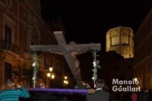 La Cruz llegando al término del Via Crucis de Ciutat Vella en la plaza del Arzobispo. Foto de Manolo Guallart.