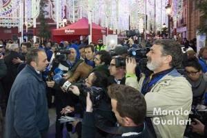 El artista Carlos Carsí rodeado de periodistas tras obtener la victoria en las Fallas. Foto de Manolo Guallart.
