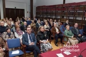 Salón de actos del Casino de Agricultura, con la Honorable Clavariesa, María Falcón (centro), en la mesa redonda vicentina. Foto de Manolo Guallart.