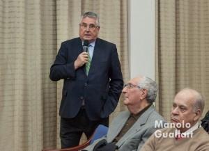 Enric Esteve, presidente de Lo Rat Penat, en el debate posterior a la mesa redonda. Foto de Manolo Guallart.
