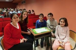 El equipo ganador del concurso, con niños del Altar de la Pila Bautismal. Foto de Manolo Guallart.