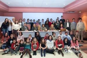Grupo de participantes en el concurso junto a las Damas de San Vicente Ferrer. Foto de Manolo Guallart.